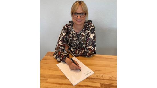 Marja-Liisa Völlers am Schreibtisch
